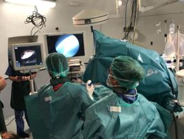 Ione Linazasoro con el Dr. Cansino, urólogo del Hospital La Paz de Madrid.2