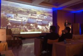 Enseñando el Hospital Universitario Donostia a los asistentes a la Sesión.