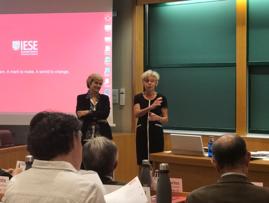 Isabel Morán, Directora Programas Healthcare IESE, presentando a Santiago Álvarez de Mon