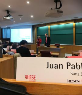Isabel Morán, Directora Programas Healthcare IESE, presentando a Nuria Chinchilla