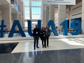 Los Drs. J Estébanez, I Crespo y P Melendo en el Congreso de la AUA 19 en Chicago.
