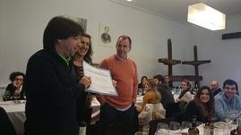 El Dr. Cano recibiendo el Premio al Mejor Caso Clínico presentado en la reunión .