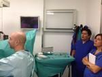 Los Drs. Gutiérrez y Villafruela atentos a la cirugía que realiza el Dr. Wendt-Nordahl