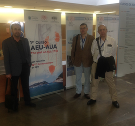 Frente al Cartel del Curso AUA-EAU de Noviembre en Donostia